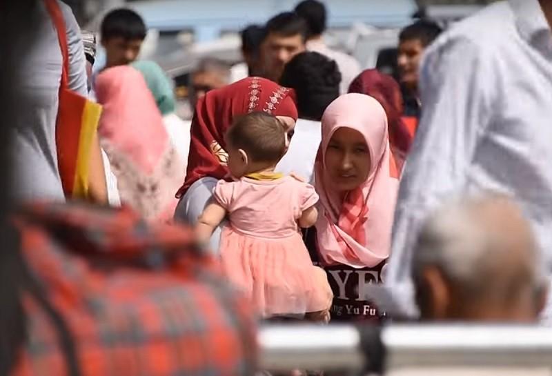 圖片僅為新疆維吾爾族女性,非身處「再教育營」人士。(圖/維基百科)
