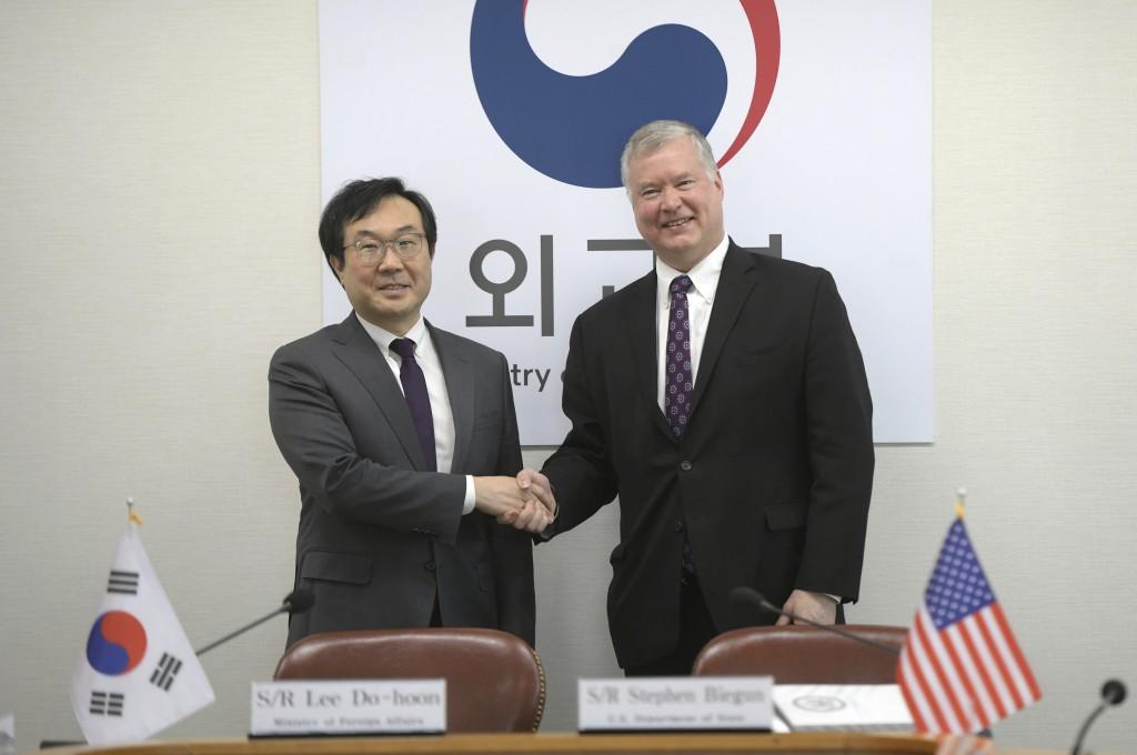 U.S. Special Representative for North Korea Stephen Biegun, right, and South Korea's Special Representative for Korean Peninsula Peace and Security Af...