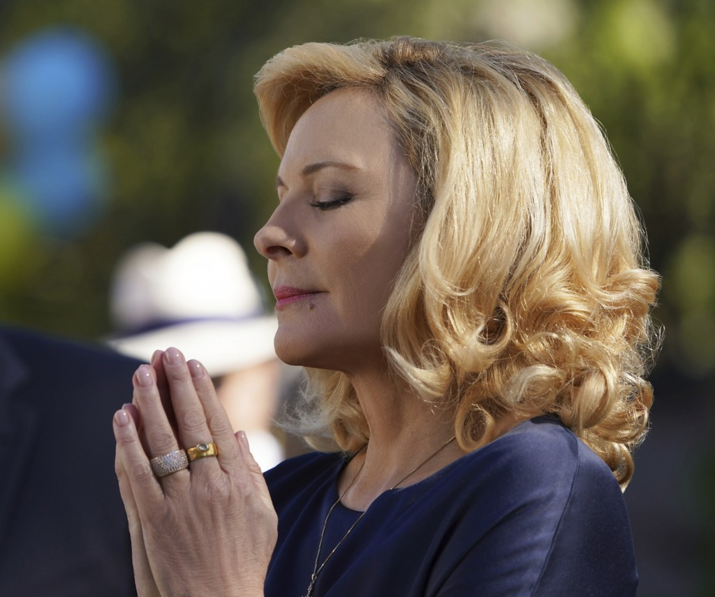 """This image provided by Fox Broadcasting Co. on Monday, May 13, 2019, shows Kim Cattrall in a scene from the network's upcoming drama """"Filthy Rich."""" Th"""