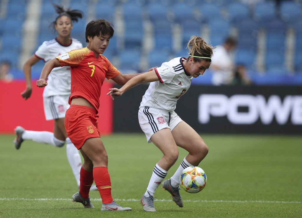 Spain's Mariona Caldentey, right, vies for the ball against China's Wang Shuang, second left, during the Women's World Cup Group B soccer match betwee...