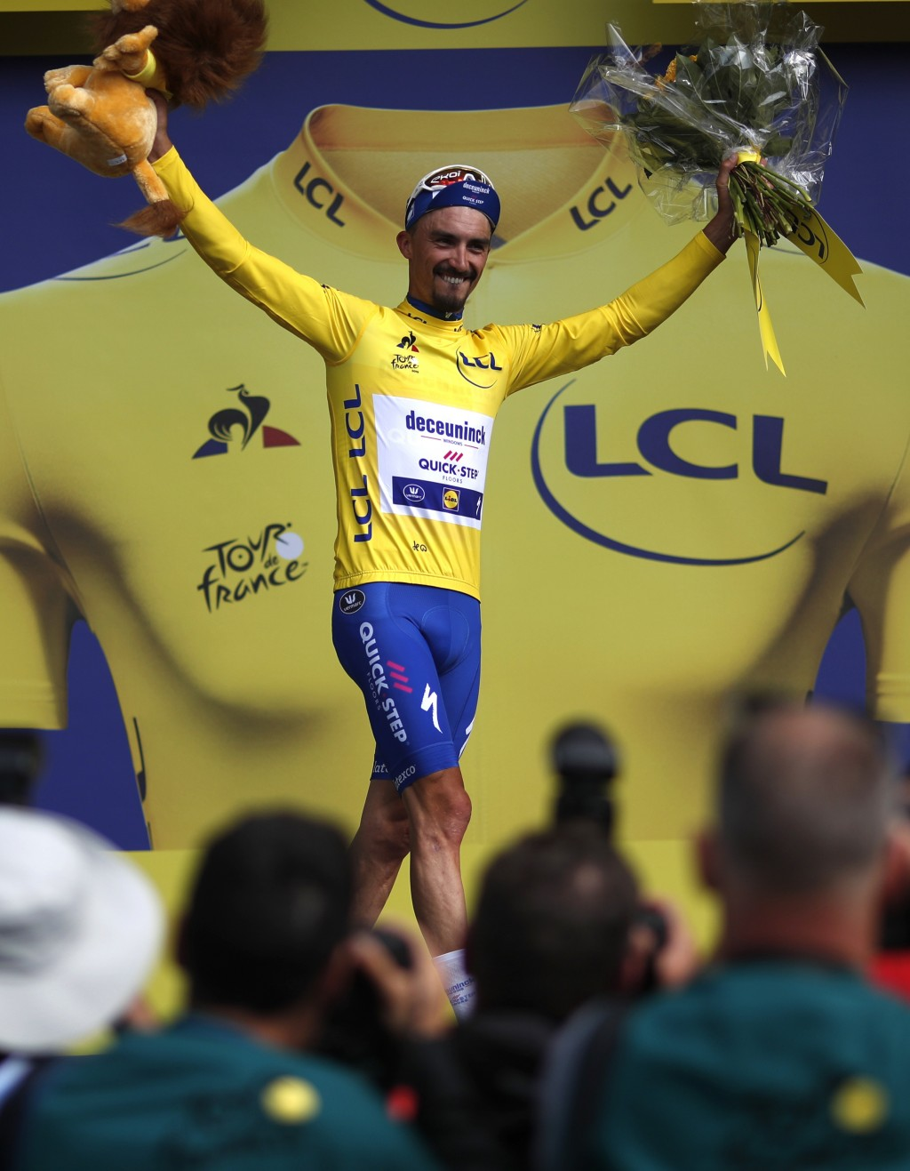Sagan sprints to win as Alaphilippe remains in yellow