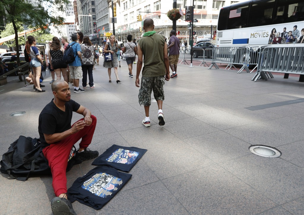 """CORRECTS NICKNAME OF LOWER BROADWAY TO """"CANYON OF HEROES"""", INSTEAD OF CANYON OF CHAMPIONS -  A man sells tee shirts that he said he had made on Broadw"""