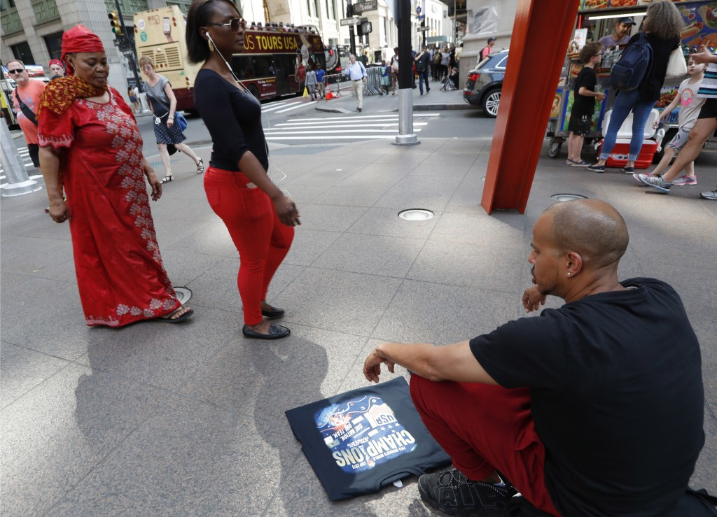 """CORRECTS NICKNAME OF LOWER BROADWAY TO """"CANYON OF HEROES"""", INSTEAD OF CANYON OF CHAMPIONS -  A man sells tee shirts that he said he had made along Bro"""