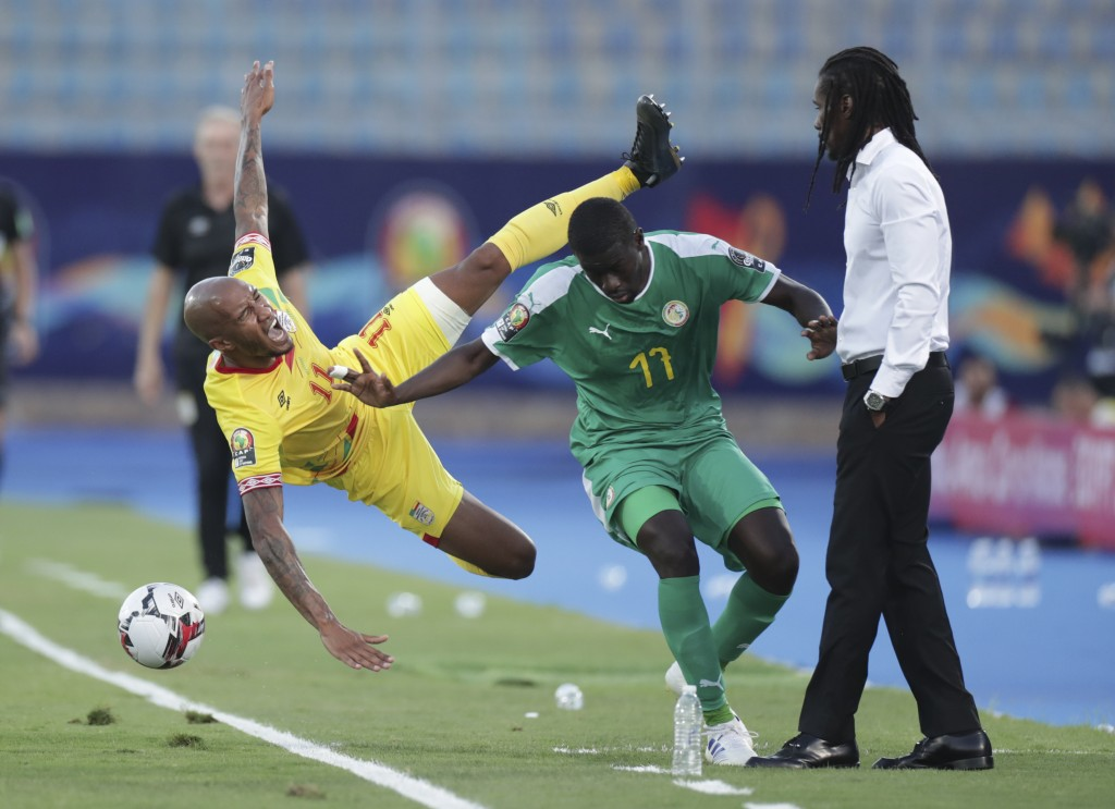 Senegal's Papa Alioune Ndiaye fauls Benin's Emmanuelle Imorou in front of Senegal's head coach Aliou Cisse during the African Cup of Nations quarterfi