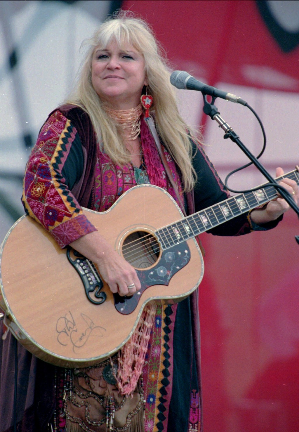 """FILE - In this Aug. 15, 1998, file photo, Melanie Safka, who performed at the original Woodstock decades ago, opens the second day of the festival """"Da"""