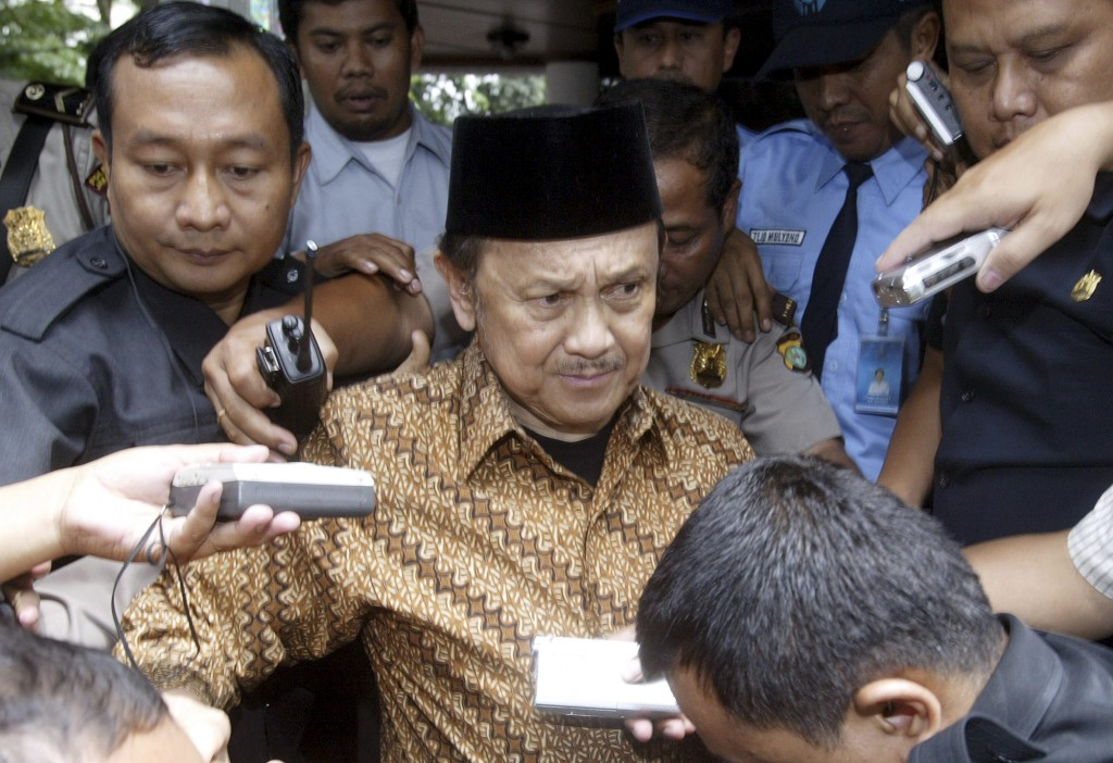 FILE - In this March 27, 2007, file photo, former Indonesian President B.J. Habibie, center, is surrounded by journalists after a hearing in Jakarta,