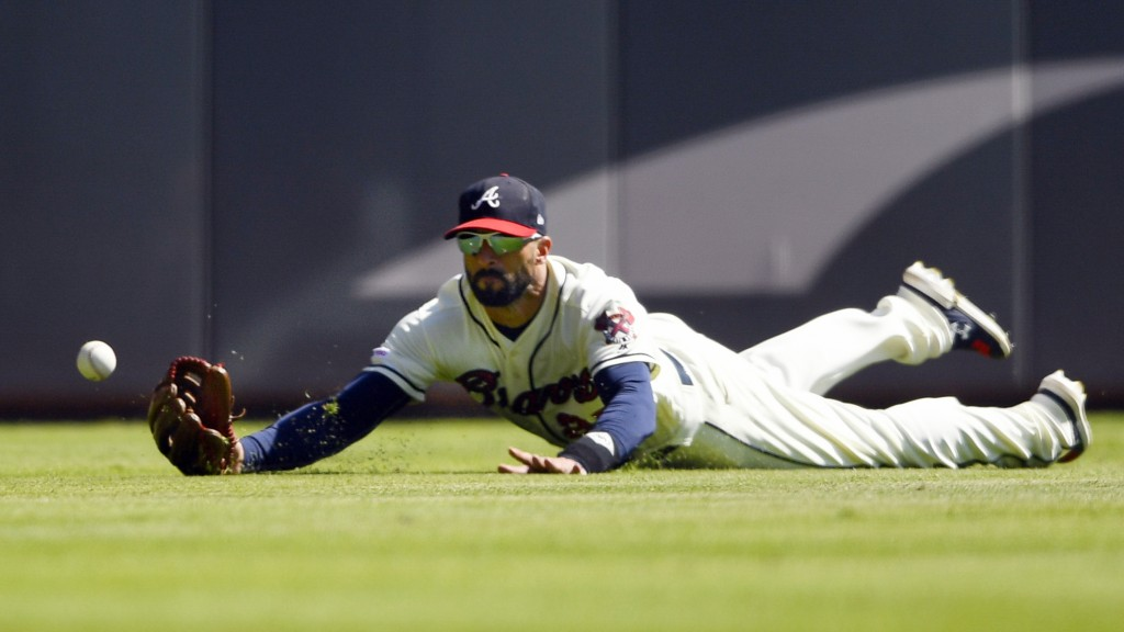 Atlanta Braves right fielder left fielder Nick Markakis lets a fly ball off the bat of San Francisco Giants' Joey Rickard get away during the sixth in...
