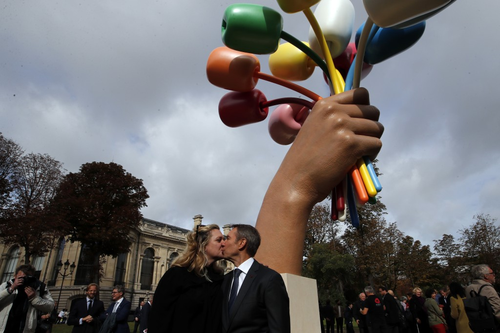 "New York-based artist Jeff Koons poses with his wife Justine Wheeler as he unveiled his much-awaited and controversial sculpture ""Bouquet of Tulips"" d..."