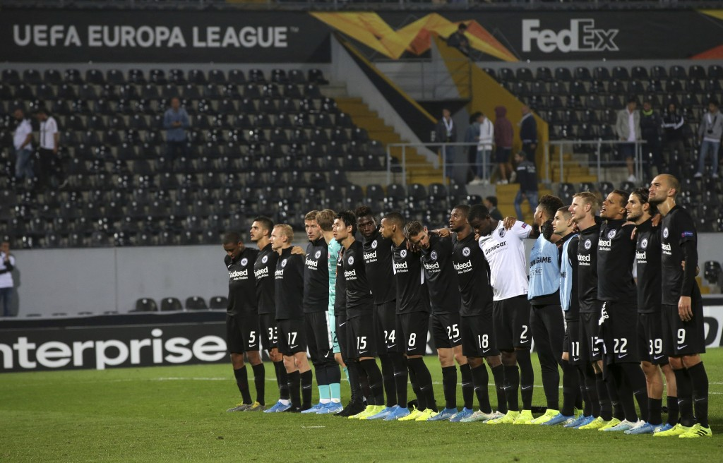 Eintracht Frankfurt players greet supporters at the end of the Europa League group F soccer match between Vitoria SC and Eintracht Frankfurt at the D....