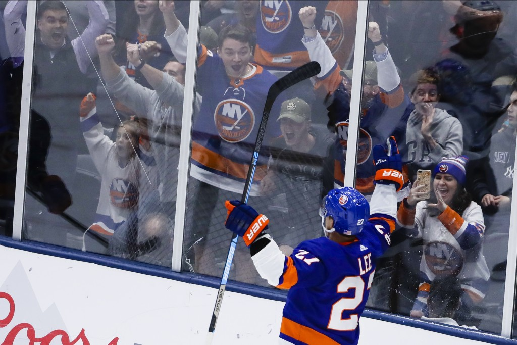 Islanders play the Lightning on 7-game win streak