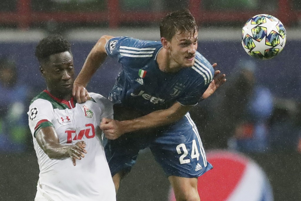 Juventus' Daniele Rugani, right, fights for the ball with Lokomotiv's Eder during the Champions League Group D soccer match between Lokomotiv Moscow a...