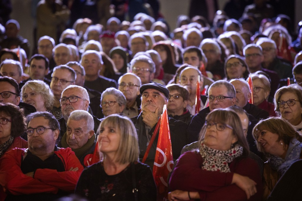 Supporters listen at socialist candidate Pedro San...
