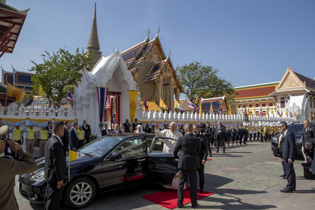 Pope Francis acknowledges devotees as he arrives at Wat Ratchabophit Buddhist temple in Bangkok, Thailand, Thursday, Nov. 21, 2019. (AP Photo/Gemunu A...