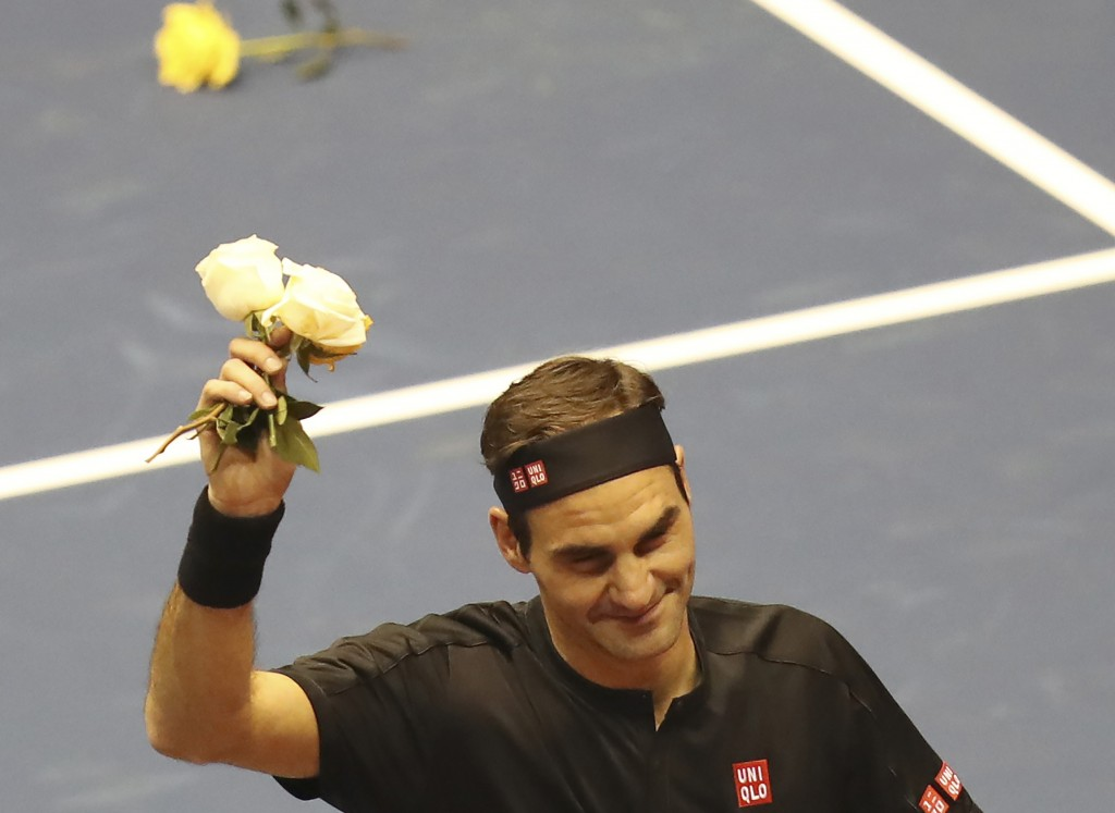 Roger Federer thanks the crowd after winning an exhibition game against Alexander Zverev at Rumiñahui Coliseum in Quito, Ecuador, Sunday, Nov. 24, 201...
