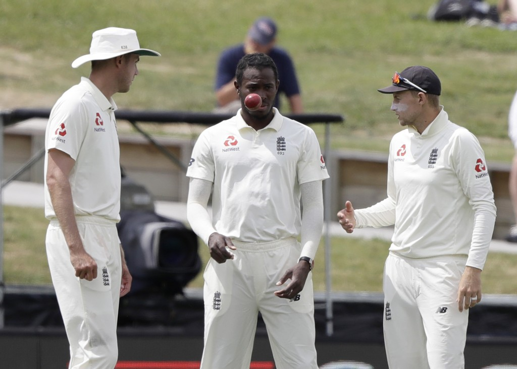 England's Jofra Archer, centre, talks with teammate's Stuart Broad, left, and captain Joe Root during play on the final day of the second cricket test...