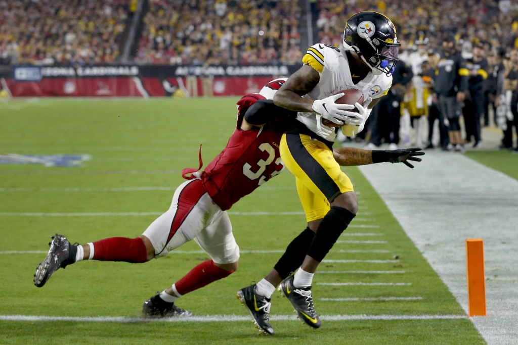 Pittsburgh Steelers wide receiver Diontae Johnson (18) pulls in a touchdown catch as Arizona Cardinals cornerback Byron Murphy (33) defends during the...