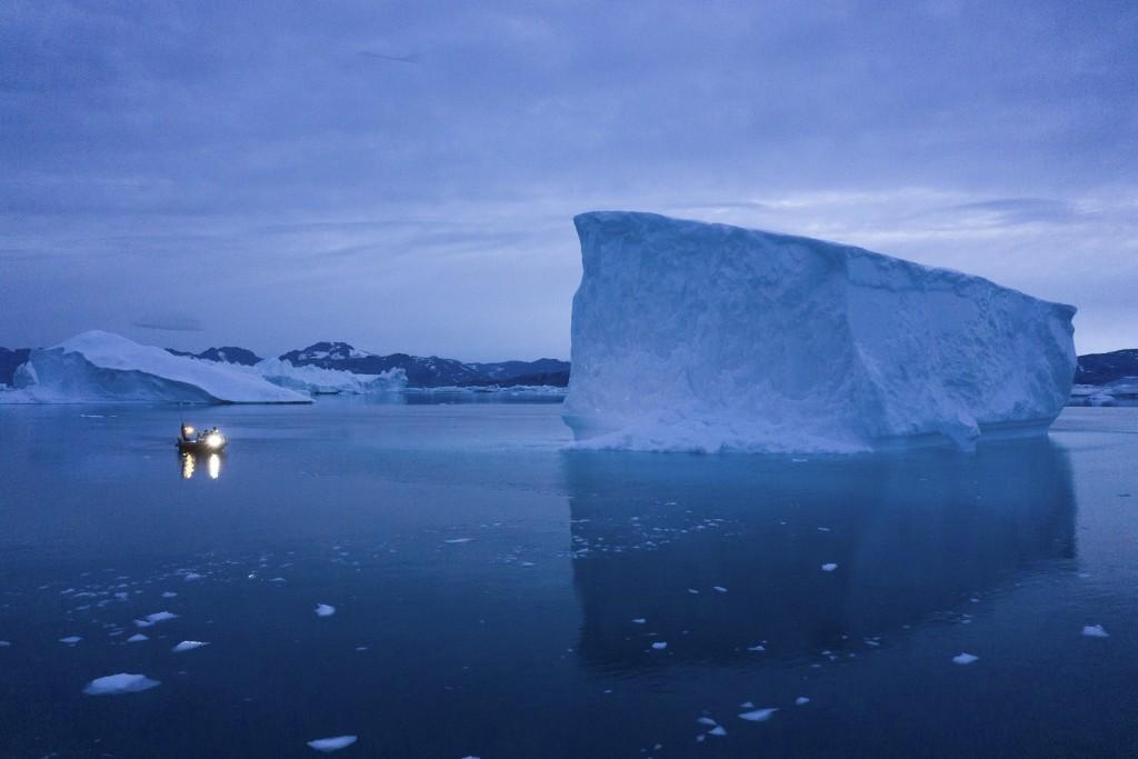 全球暖化造成格陵蘭境內的冰層快速融化,影響全球生態與當地的經濟。(圖/美聯社)