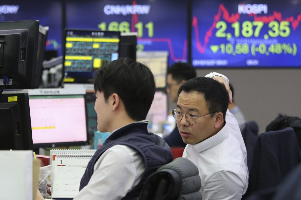 Currency traders watch monitors at the foreign exchange dealing room of the KEB Hana Bank headquarters in Seoul, South Korea, Friday, Dec. 27, 2019. A...