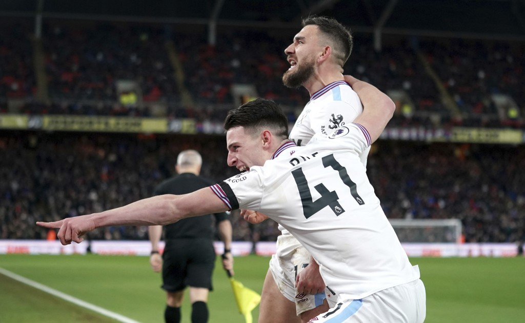 West Ham United's Robert Snodgrass, right, celebrates scoring his side's first goal of the game during their English Premier League soccer match again...