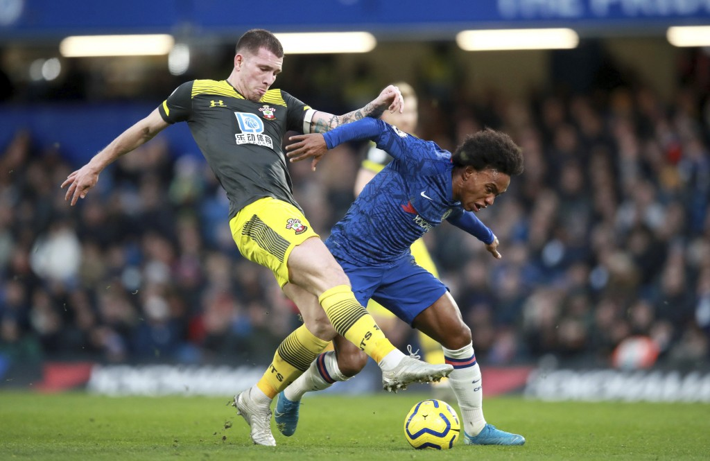 Southampton's Pierre-Emile Hojbjerg, left, and Chelsea's Willian battle for the ball during their English Premier League soccer match at Stamford Brid...