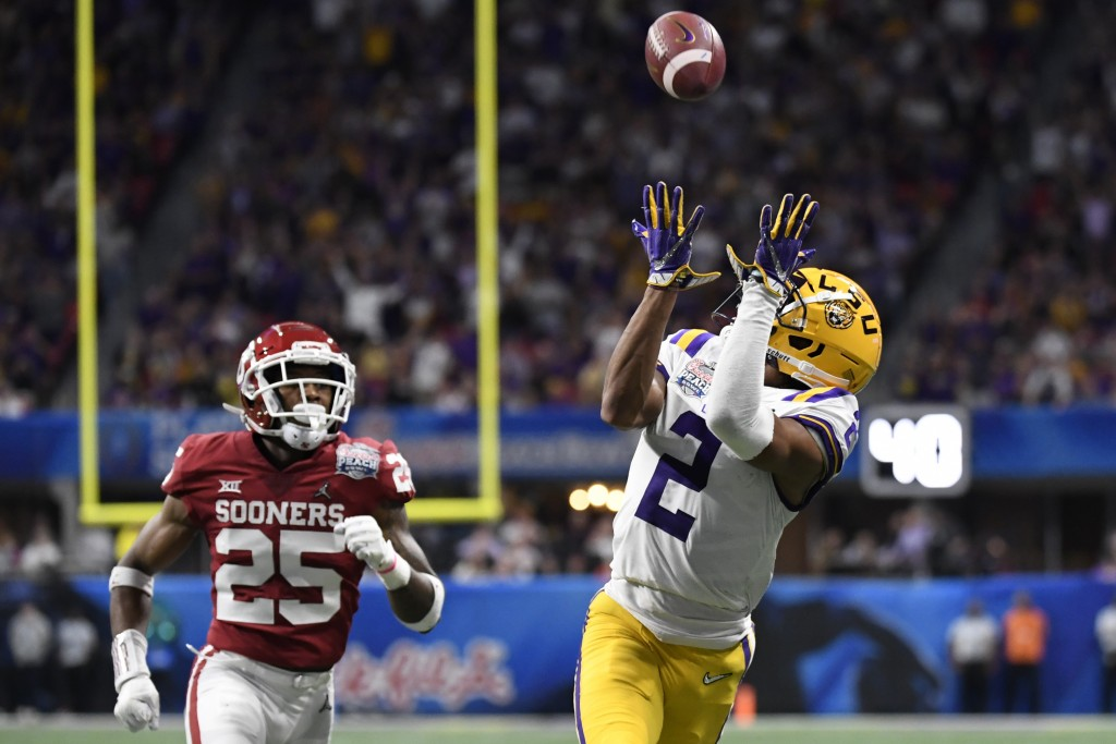 LSU wide receiver Justin Jefferson (2) prepares for a touchdown catch against Oklahoma safety Justin Broiles (25) during the first half of the Peach B...