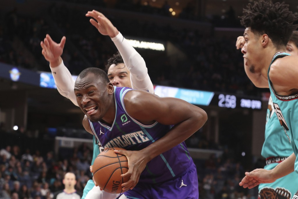 Charlottes Hornets center Bismack Biyombo, front left, grabs a rebound in the first half of an NBA basketball game against the Memphis Grizzlies, Sund...
