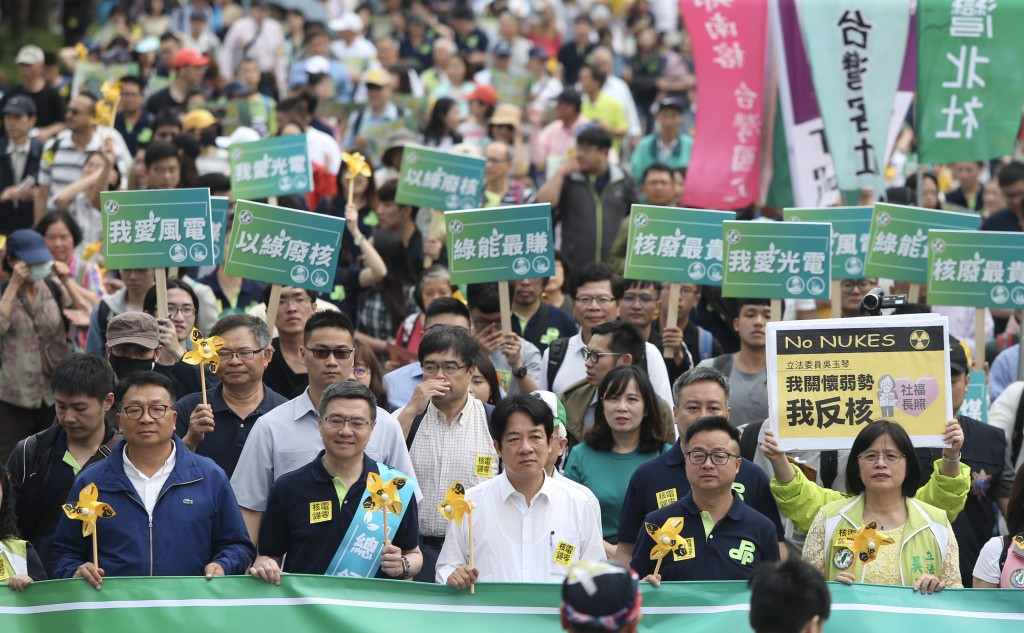 Former Premier William Lai joins the DPP group at the no-nukes parade in Taipei on April 27 (Source: CNA)