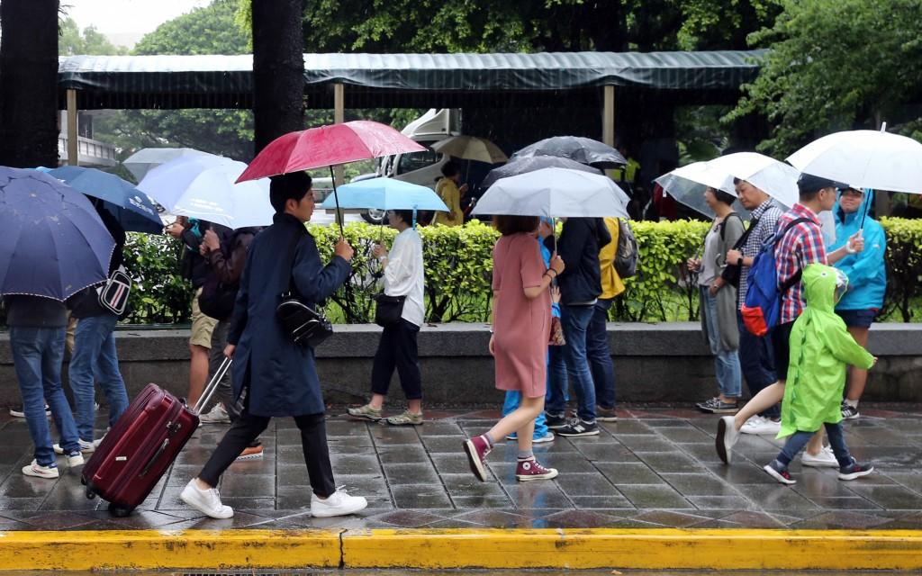 中央氣象局表示,19日天氣仍受西南風影響,各地有局部短暫陣雨或雷雨(照片來源:資料照片/中央社)