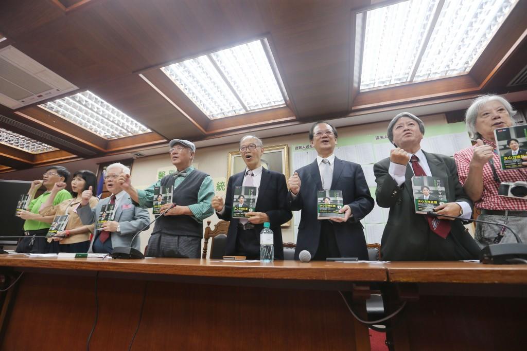 前羅東聖母醫院長陳永興(左4)等人3日在立法院舉行 記者會,呼籲支持前行政院長賴清德代表民進黨參選 2020總統大選。 中央社記者徐