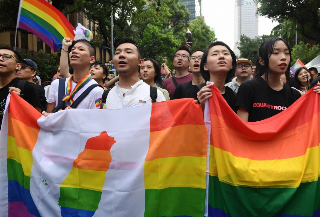 台灣成為亞洲首個同性婚姻法制化國家的瞬間,立法院外挺同團體齊聲歡呼「婚姻平權、亞洲第一」,現場民眾都難掩開心神色。
