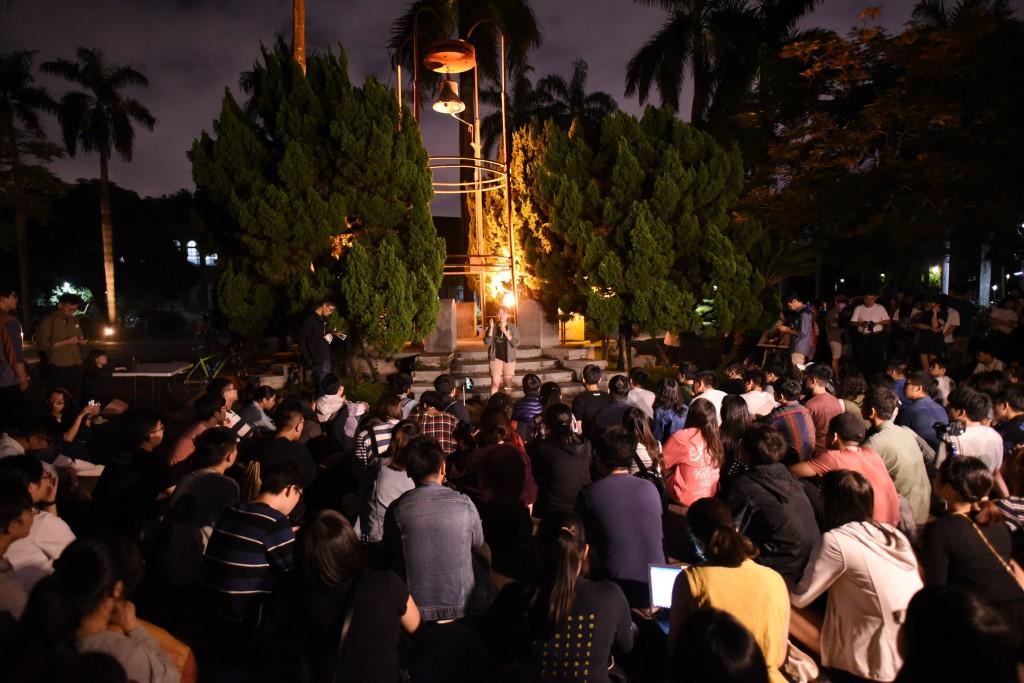 國立台灣大學學生14日晚間發起「台大撐香港-台大人 反送中之夜」活動,大批學生聚集在校內傅鐘前,聲援 香港民眾。(中央社記者許秩維攝)