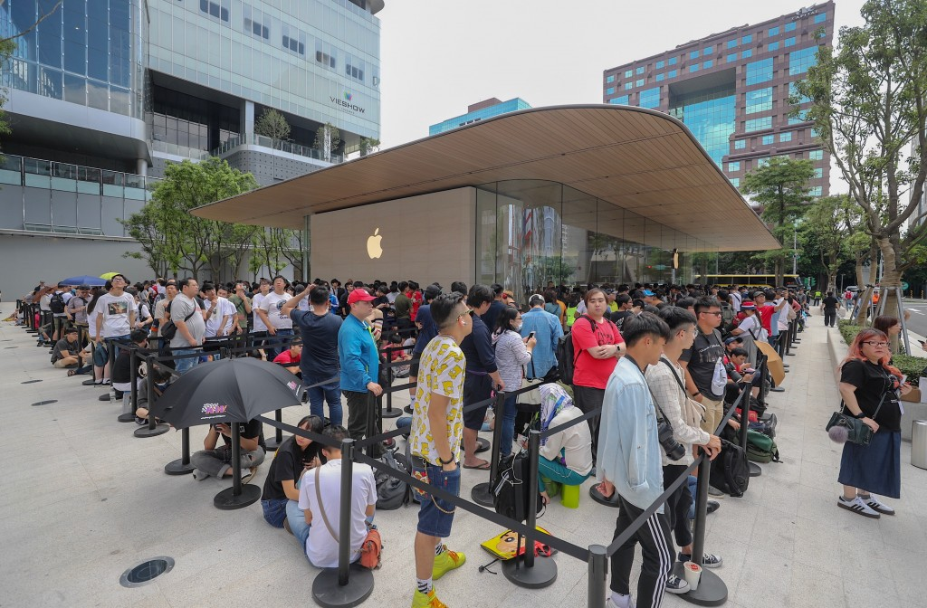 Fans lining up Saturday (June 15) morning for the opening of the second Apple store in Taipei