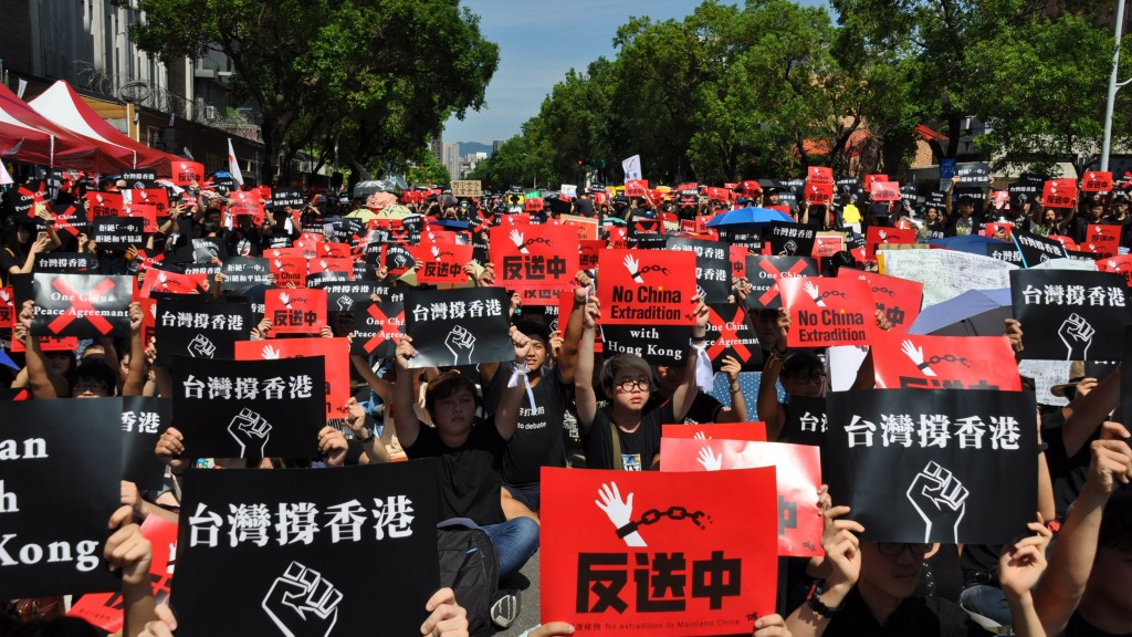 People rally outside Taiwan's Legislative Yuan on June 16 to protest against Hong Kong's extradition bill (Source: CNA)