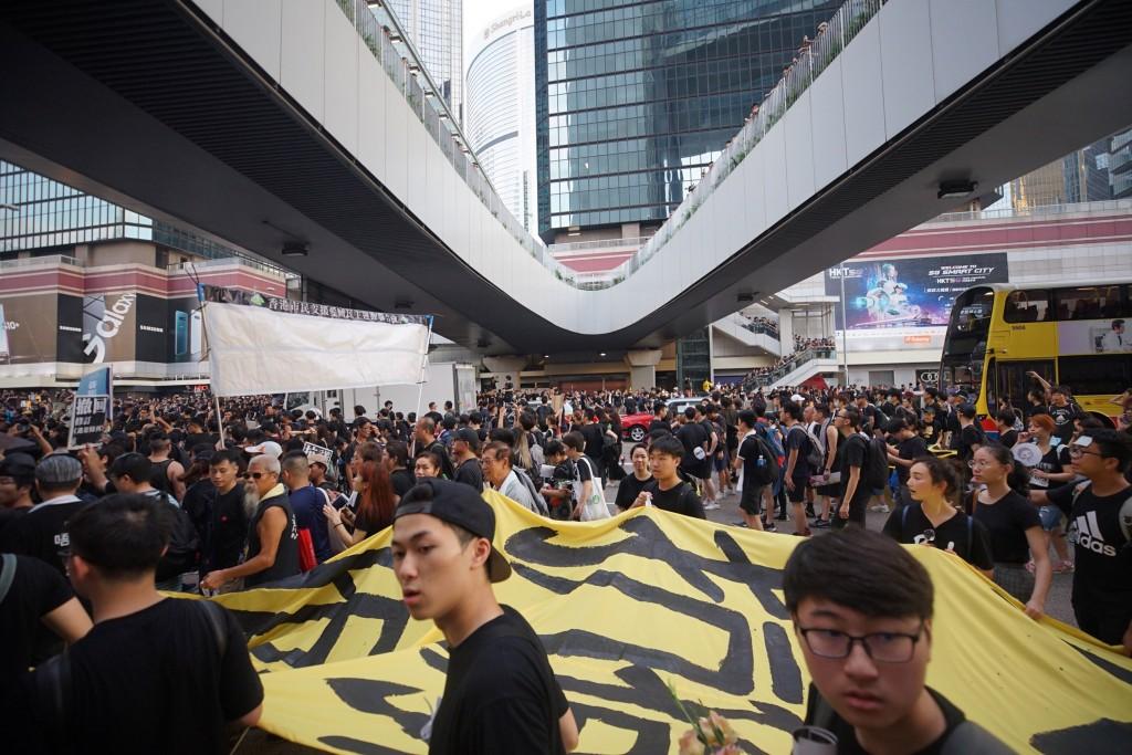 香港反送中  遊行群眾占據車道