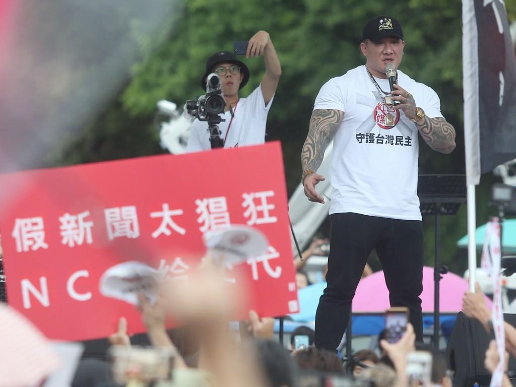 「拒絕紅色媒體、守護台灣民主」活動23日下午在凱道 登場,網紅「館長」陳之漢(前右)上台演講,號召民 眾一同站出來反親中媒體。 中央