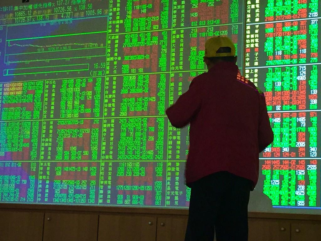 台北股市3日跳空開低,收盤下跌121.35點,為 10743.77點,跌幅1.12%,成交金額新台幣1117.32億元 ;加權指數開盤...