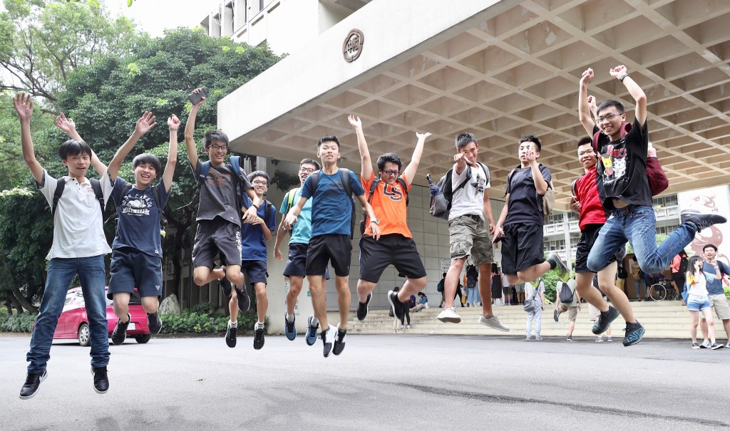 The college admission result based on the score of Advanced Subjects Test was released on Aug. 7. (photo: CNA)