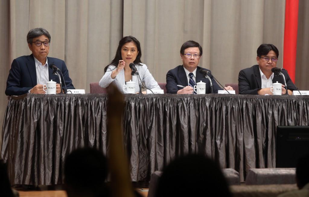 行政院發言人Kolas Yotaka(谷辣斯‧尤達卡)(左2)