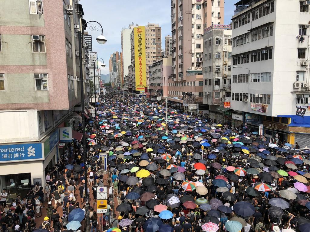 香港大批「反送中」支持者27日集結參與「光復元朗」 遊行,下午3時先在水邊圍遊樂埸集合,前往Yoho Mall ,途經元朗主幹道大馬路...