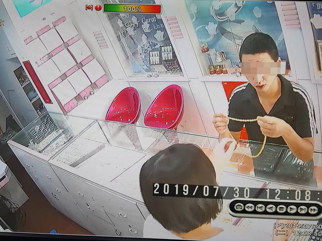 花蓮市中山路30日中午一名男子佯稱要購買金項鍊,試 戴後直接衝出店家,坐上另一名男子騎乘的機車逃逸, 短短3分鐘即得手,全案由花蓮警分