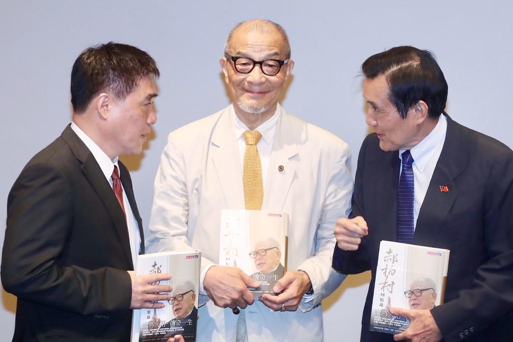 前總統馬英九(右)、國民黨副主席郝龍斌(左)8日 出席「郝柏村回憶錄」新書發表會