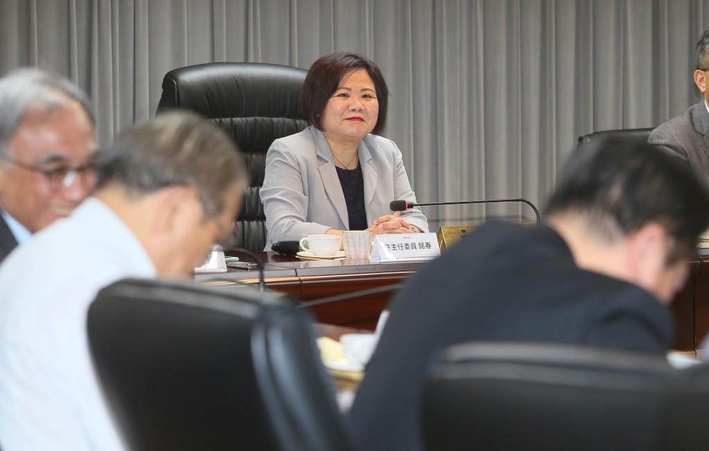 基本工資審議委員會14日在勞動部舉行,勞動部長許銘 春(後)親自出席主持會議