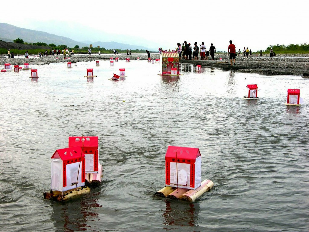 Water lantern floating event in Taiwan (CNA photo)