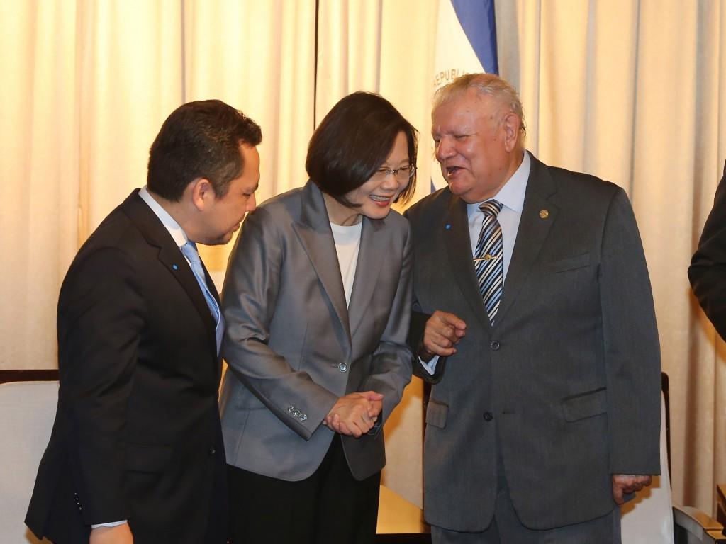 總統蔡英文(中)與尼加拉瓜駐台大使達比亞(右)交換意見