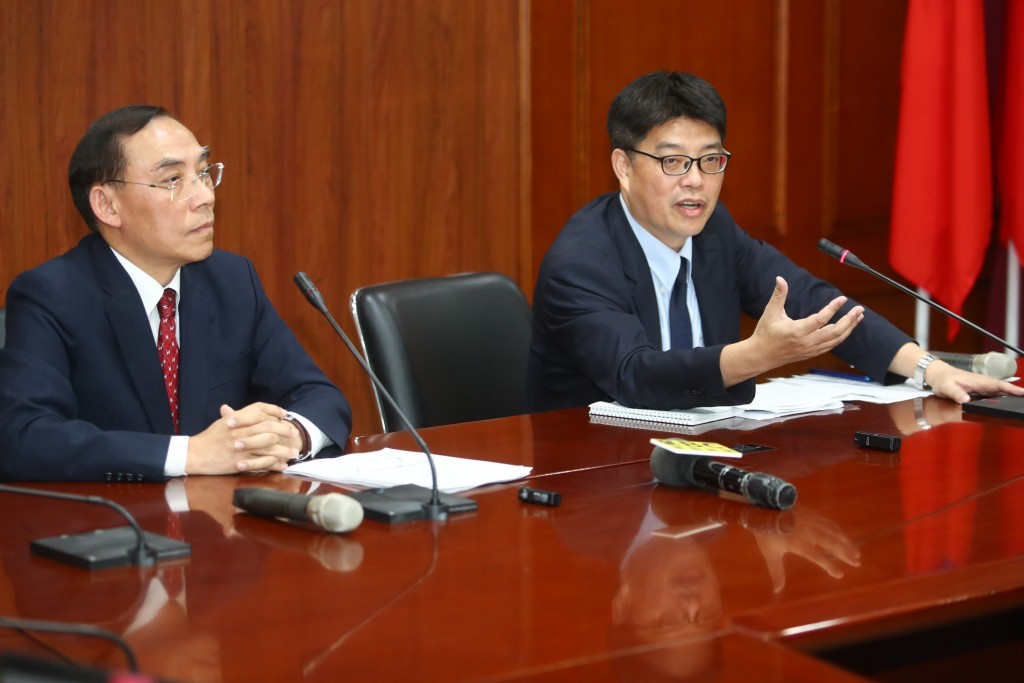 """Taiwan Minister of Justice Tsai Ching-hsiang (left) at """"suitcase murder"""" press conference."""