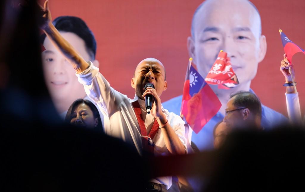 國民黨總統參選人韓國瑜(中)