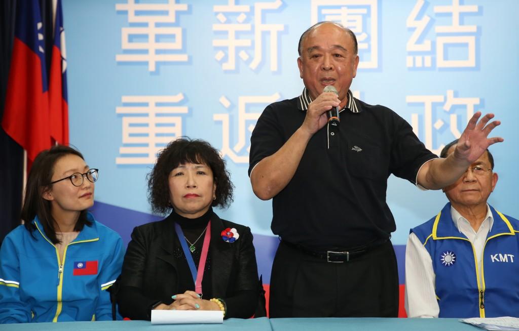普大應用材料股份有限公司執行董事吳怡玎(左起)、前警大教授葉毓蘭、退將吳斯懷(右2)