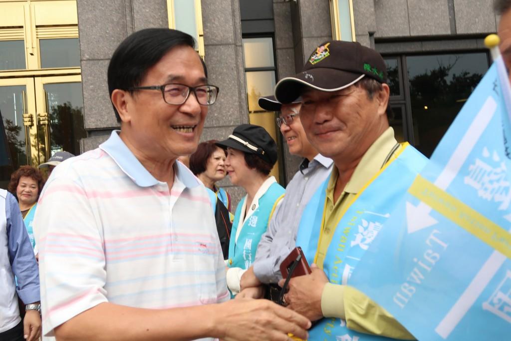 前總統陳水扁(左)20日簽署同意列一邊一國行動黨的 不分區立委參選人,並在寓所大樓外和志工及支持者見 面,與他們握手致意,鼓勵大家一起努力...