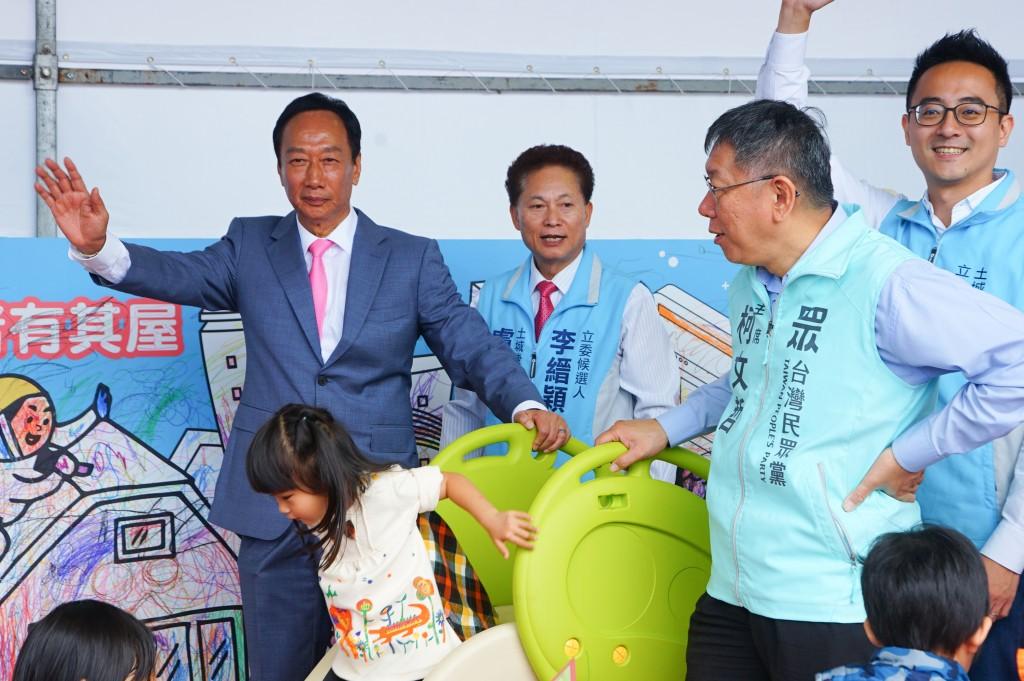 對於國會組成,台北市長柯文哲(右2)日前表示,最好還是三黨不過半;鴻海創辦人郭台銘(左)1日回應,他支持國會組成是兩大黨兩小黨,小黨有親民...