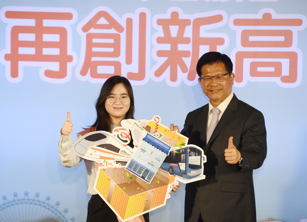 South Korean visitor Miss Jeong (left) with Transportation Minister Lin Chia-lung.